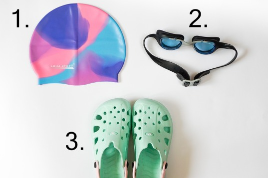 casque-de-bain-lunettes-de-natation-sandales